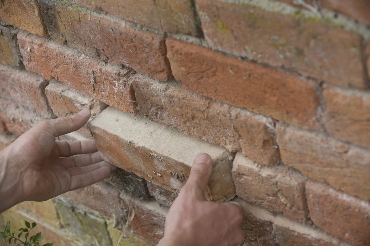 A guide to the repair of old brick walls